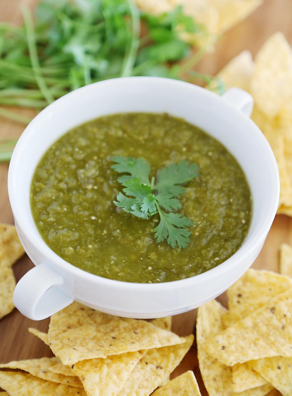 Hatch Green Chile Salsa Verde - Cette salsa épicée et acidulée avec des piments rôtis, des tomatilles et du citron vert constitue un amuse-gueule de fête parfait ! thecomfortofcooking.com