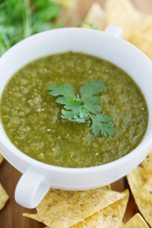 Salsa Verde au chili vert de Hatch - La salsa épicée et piquante avec des piments rôtis, des tomatilles et du citron vert constitue un amuse-bouche parfait pour les fêtes ! thecomfortofcooking.com