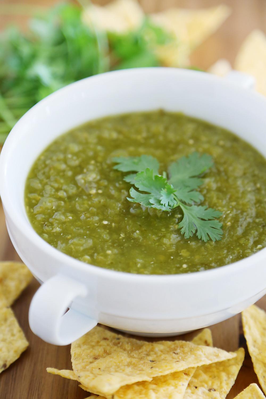 Hatch Green Chile Salsa Verde - Une salsa épicée et piquante avec des piments rôtis, des tomatillos et du citron vert pour un amuse-gueule parfait ! thecomfortofcooking.com